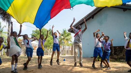 Children playing with the parachute in Sri Lanka_TeamUp_200226