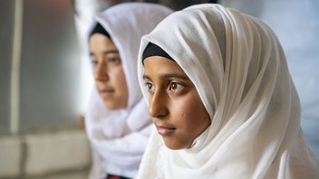 Child Laila misses out on education due to the coronacrisis but thanks to War Child she can continue school remotely.